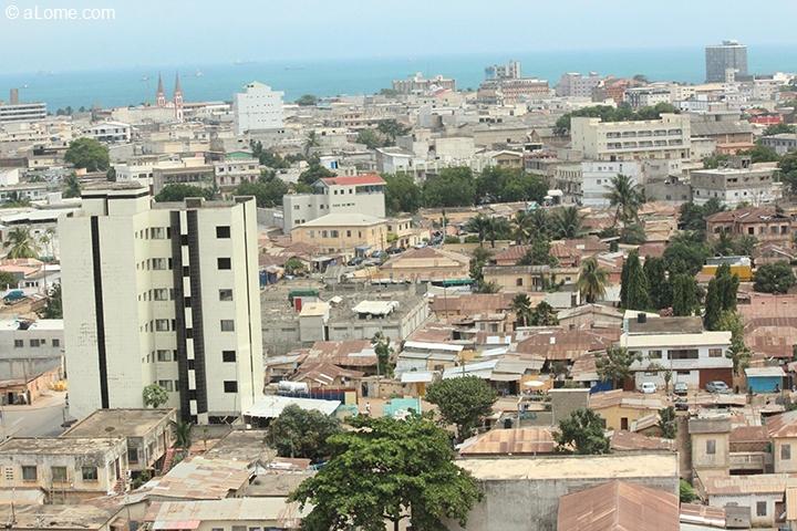 Centre ville de lom vu depuis l immeuble de la btci for Piscine entre 2 immeubles